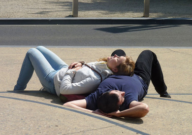 Couple_sleeping_in_the_street_J1